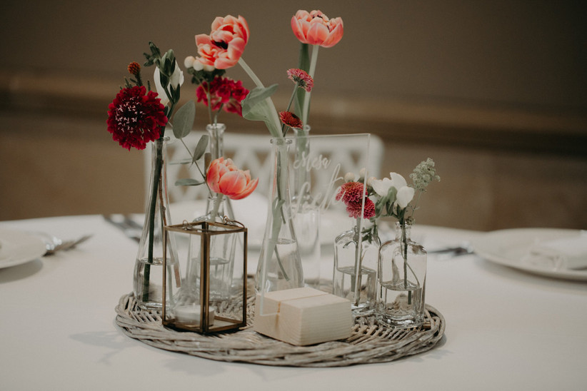 centro de mesa para bodas rústicas y bohemias compuesto por tarros de cristal con flores