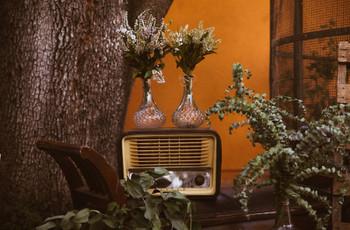 ¿Buscáis una decoración especial para una boda 'vintage'? ¡Apostad por las radios antiguas!