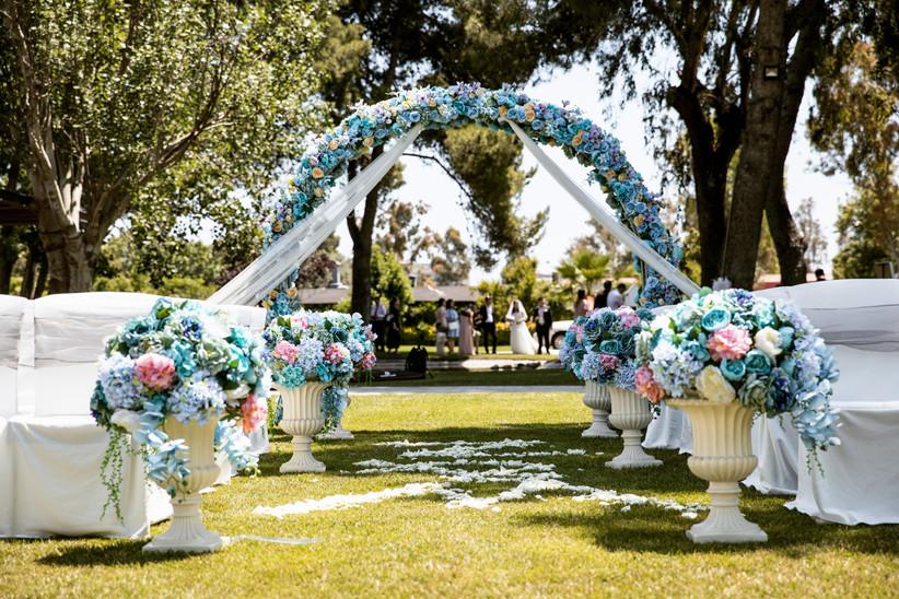 Arco de flores azules en la entrada de la ceremonia