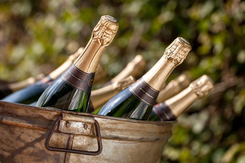 Botellas de champagne en un cubo metálico el día de la boda