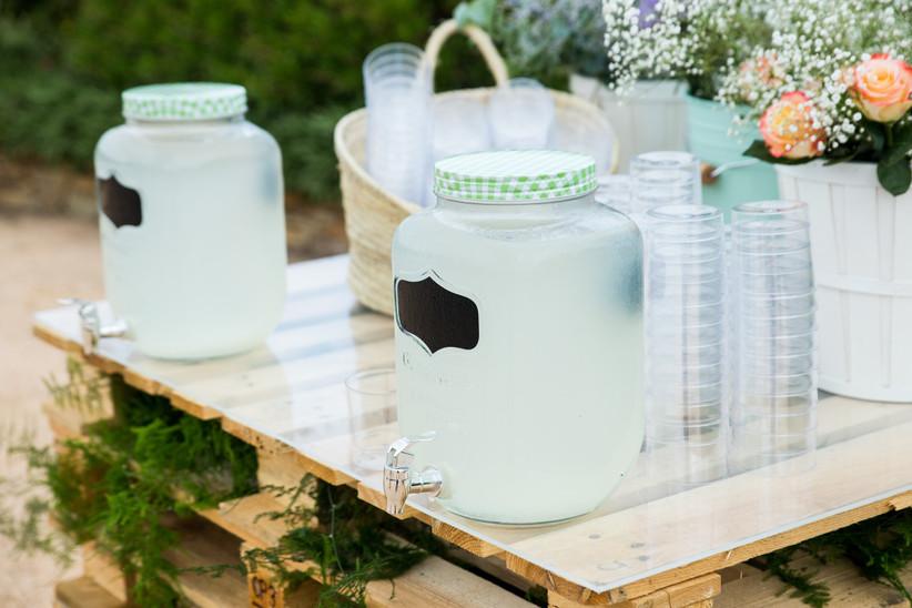 Limonada refrescante para los invitados en una boda de día
