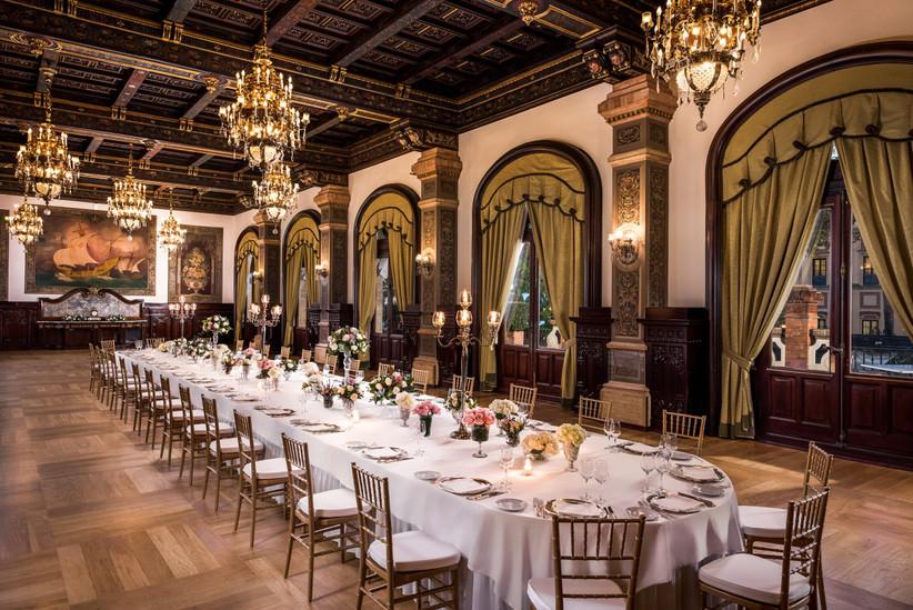 Salón interior para el banquete de boda en un hotel urbano de Sevilla