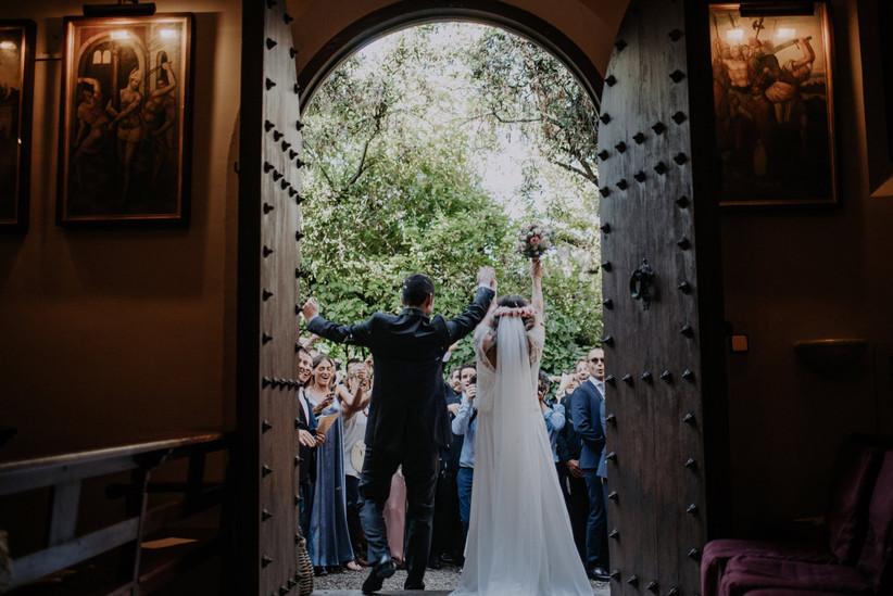 Salida de los novios de la ceremonia religiosa el día de la boda