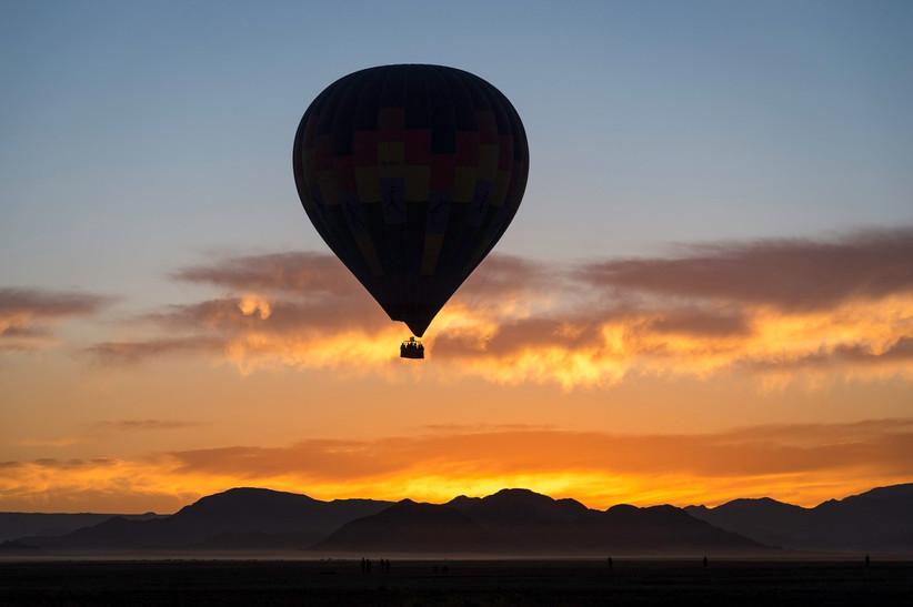 Viaje con unos amigos en globo aerostático después del día de la boda