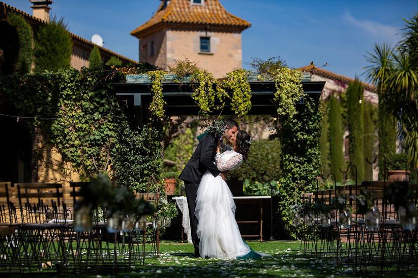 Pareja feliz y enamorada se besa en el lugar de la ceremonia civil el día de la boda