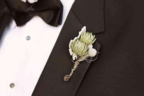 Novio con prendido o boutonnière el día de la boda