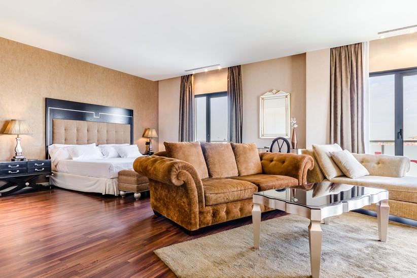 Preciosa suite de un hotel con zona de día y zona de descanso