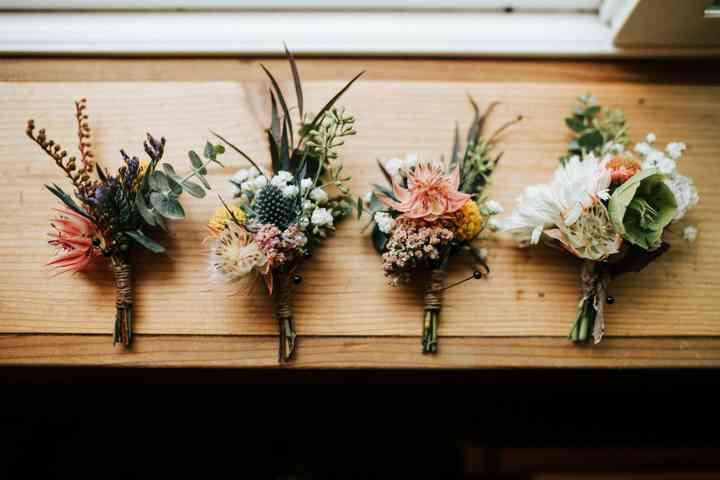 Cuatro prendidos o boutonnières diferentes el día de la boda