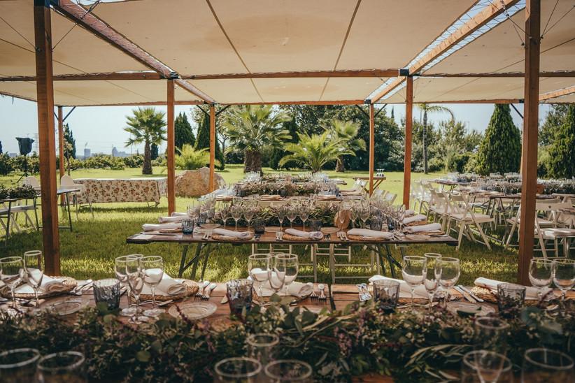 Banquete de una boda de verano dispuesto bajo unos toldos para protegerse del calor