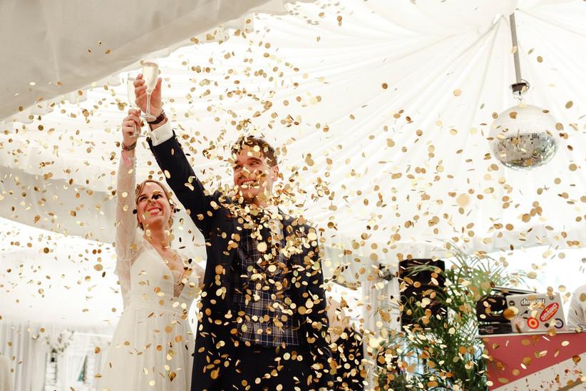 Pareja haciendo un brindis el día de la boda