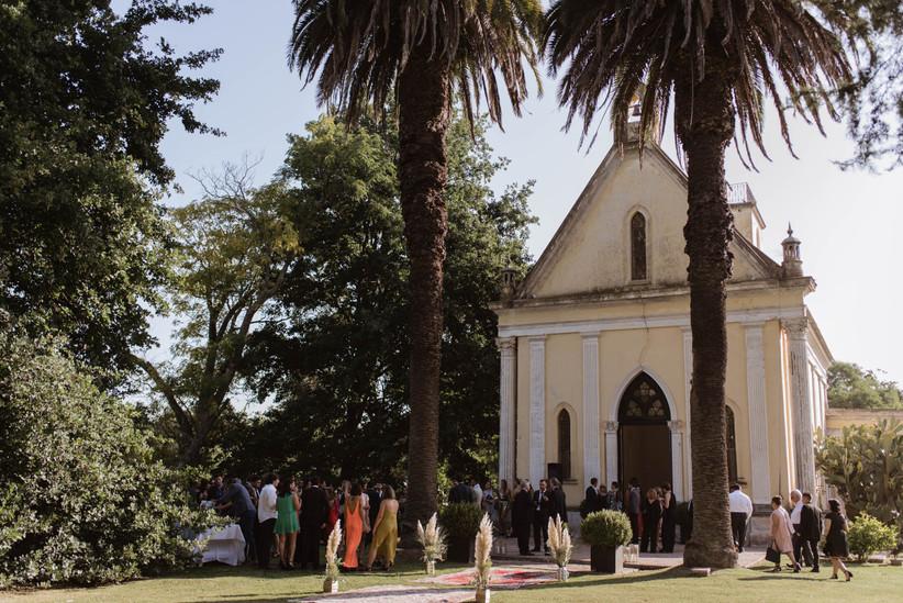 Exterior de una iglesia el día de la boda con todos los invitados a punto de entrar