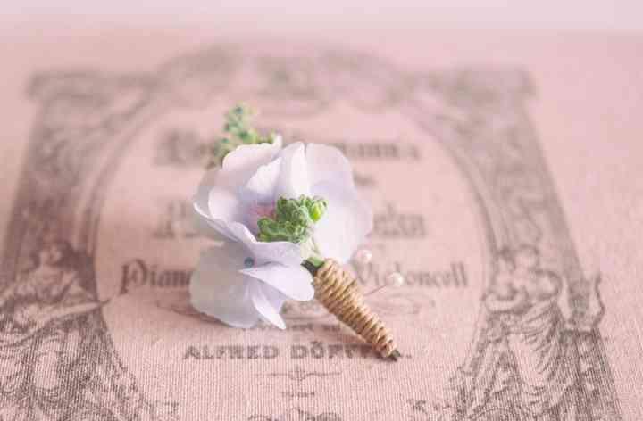 Delicado prendido o boutonnière con flor natural