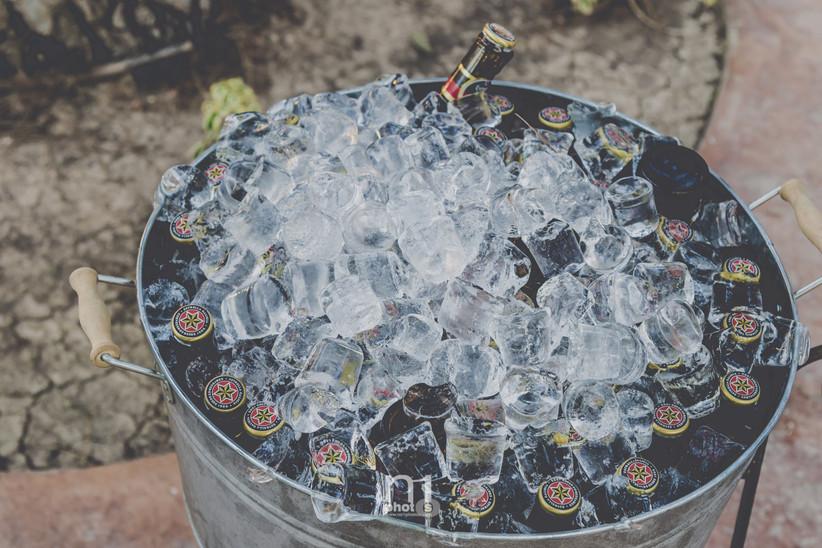Cervezas en un cubo de cinc preparadas para servir el día de la boda