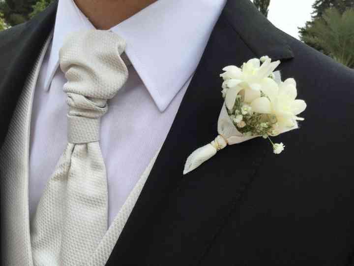 Prendido o boutonnière en forma de pequeño ramillete el día de la boda