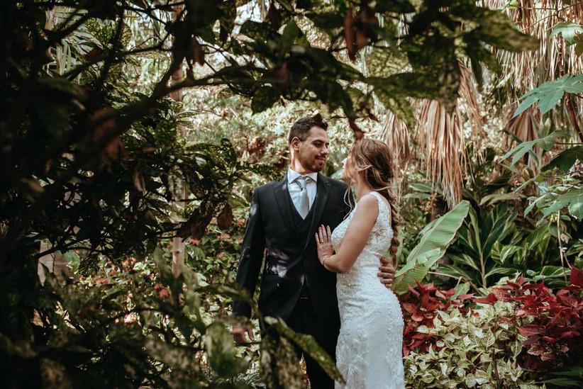 Pareja durante la sesión fotográfica con el fotógrafo de bodas el día de la boda