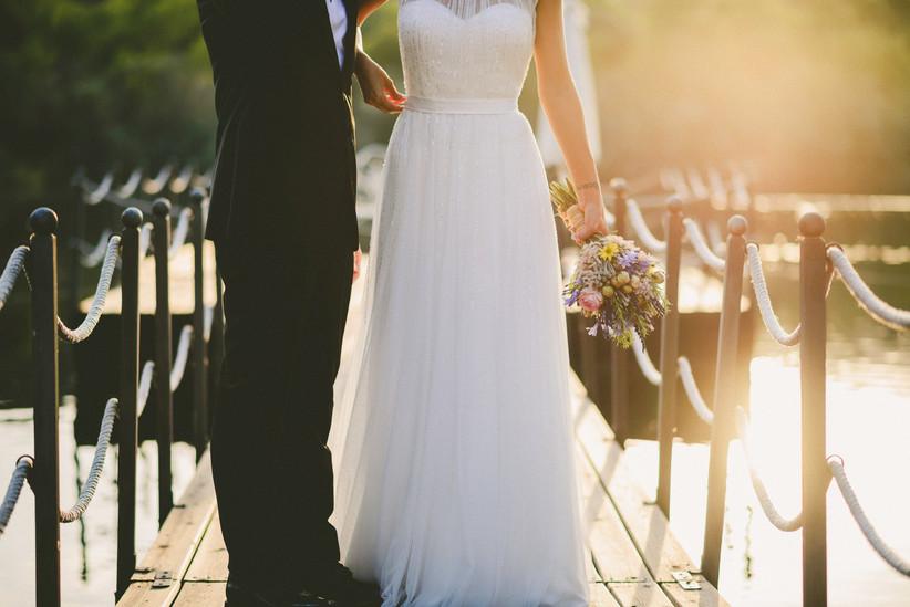 Pareja enamorada el día de su boda en un muelle