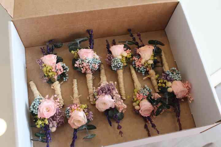 Prendido o boutonnières en una caja el día de la boda