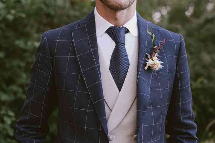 Prendido o boutonnière en el traje de novio el día de la boda