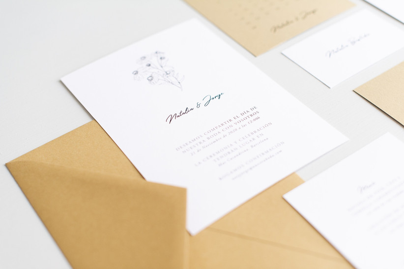 Invitación de boda minimalista con detalle floral y tipografía en dos colores