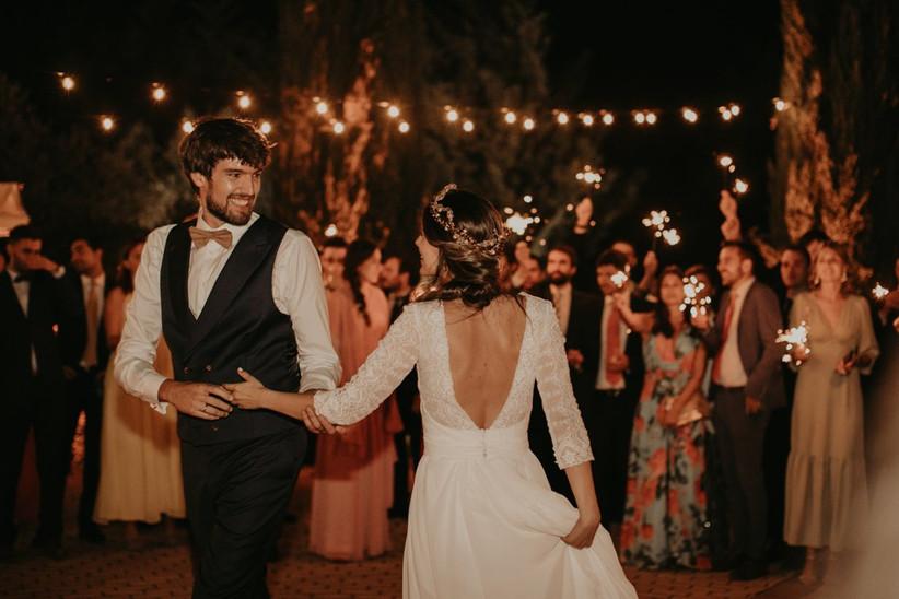 primer baile de pareja en una boda en una atmósfera romántica y cálida