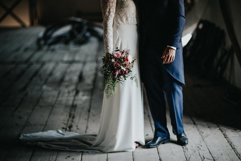 Pareja enamorada el día de su boda durante la sesión de fotos en pareja