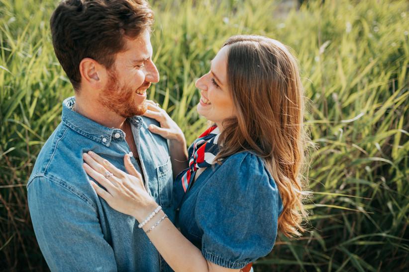 Pareja abrazada que se sostiene la mirada antes de la boda