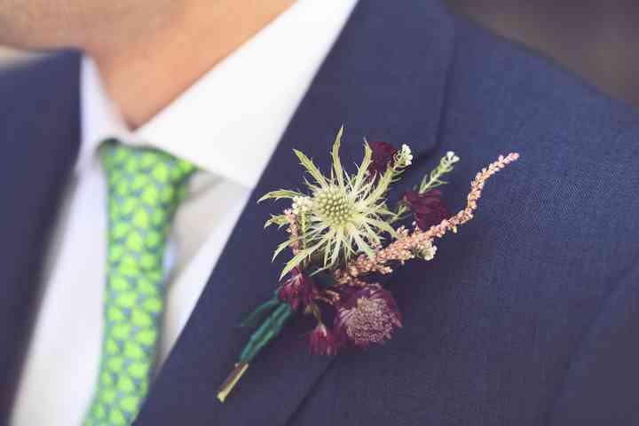 Prendido o boutonnière original en el traje de novio el día de la boda