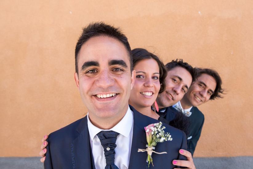 Novio con sus hermanos el día de la boda