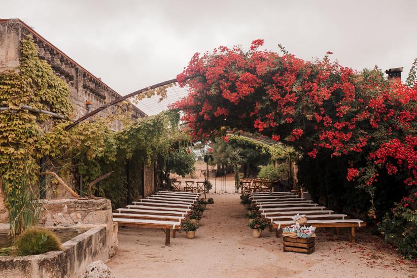 Arcos de flores rojas en la ceremonia
