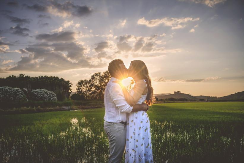 Pareja enamorada y feliz durante la salida del sol antes de la boda