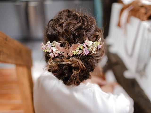 Moños de pelo rizado: favorecedores peinados de novia