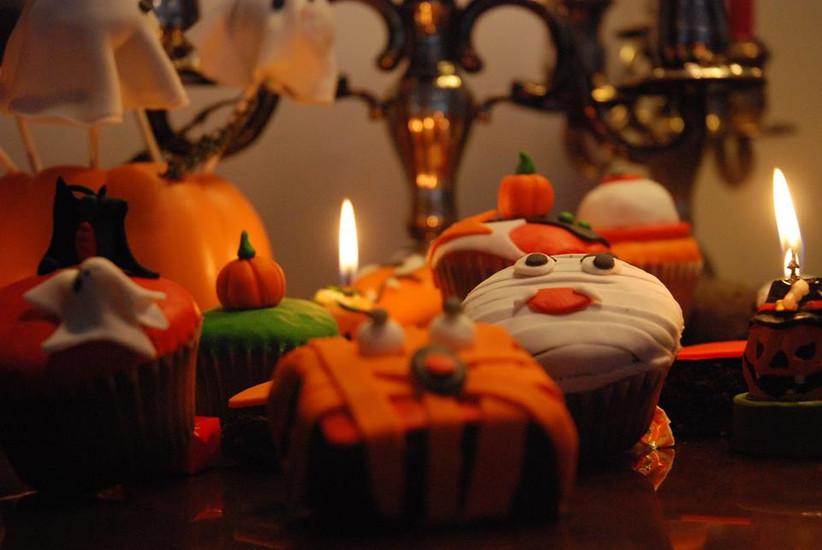 Cupcakes de Halloween para decorar la mesa de dulces de la boda