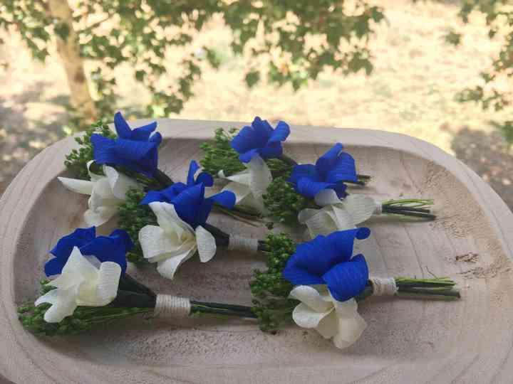 Prendido o boutonnière en tonos blanco, verde y azul el día de la boda