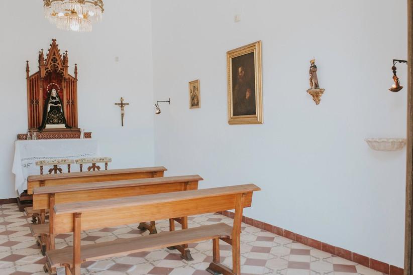 Interior de una capilla pequeña antes de la ceremonia religiosa el día de la boda