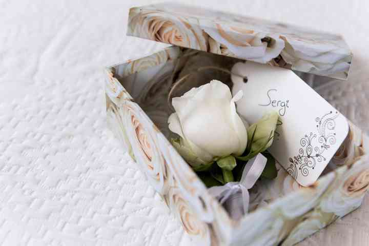 Prendido o boutonnière con forma de rosa en una caja