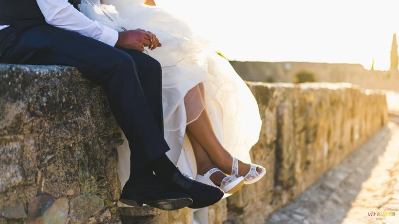 Primer plano de los zapatos del novio y de la novia el día de la boda