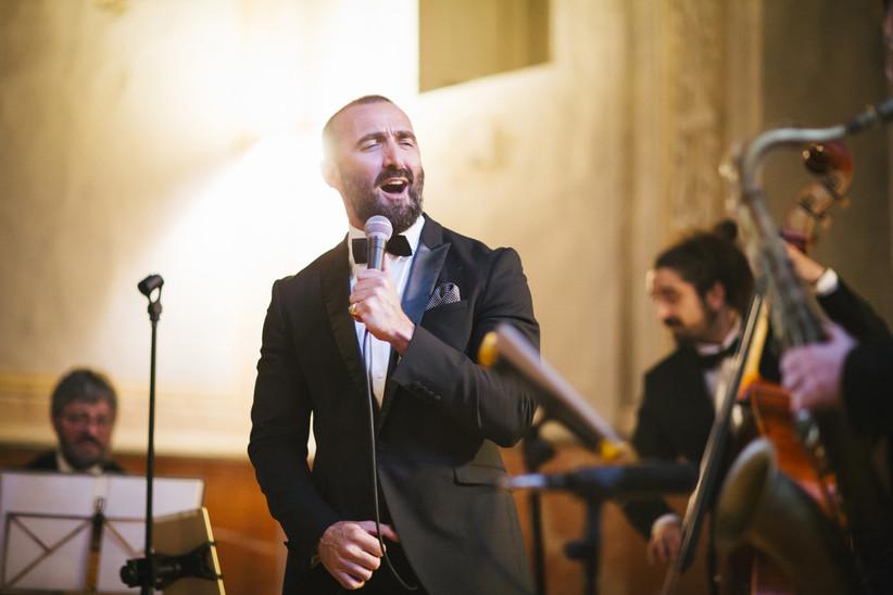 Cantante y orquesta actuando en directo el día de la boda