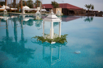 6 ideas para decorar la piscina en una boda
