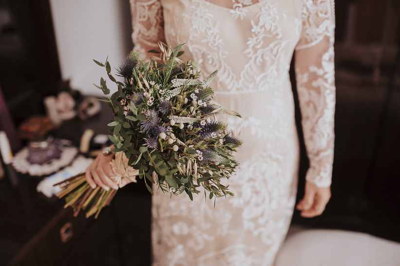 ramo de novia silvestre en tonos verdes y azules, ideal para bodas al aire libre