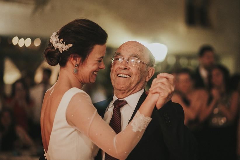 Novia bailando con su abuelo el día de la boda