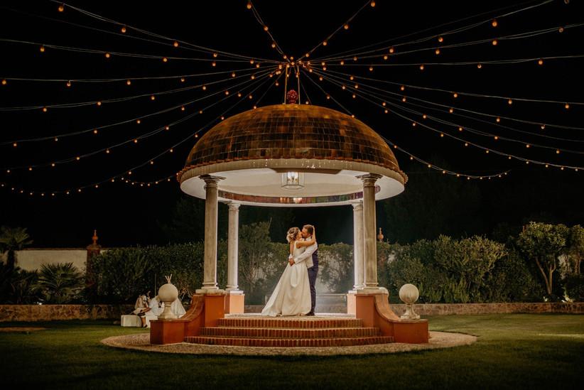 Perfecto encuadre fotográfico de la pareja besándose el día de la boda
