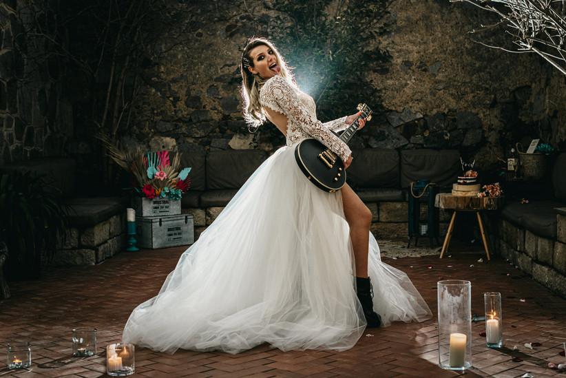 Novia con guitarra eléctrica en su boda rockera