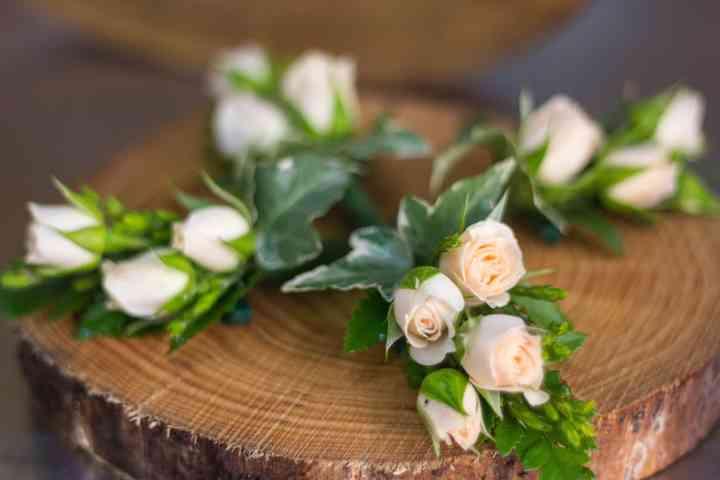 Prendidos o boutonnières con rosas el día de la boda