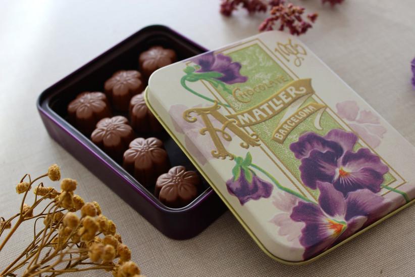 Cajita metálica con bombones de chocolate para regalar el día de la boda