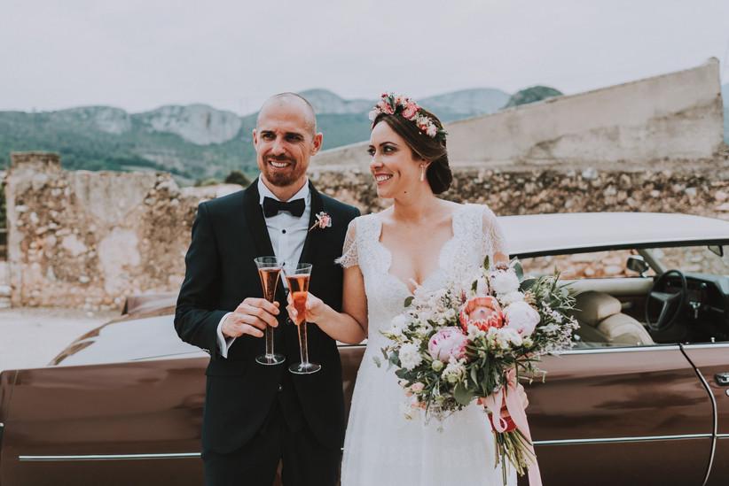 Pareja brinda con cava rosado el día de la boda