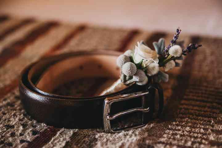 Prendido o boutonnière junto al cinturón del novio el día de la boda