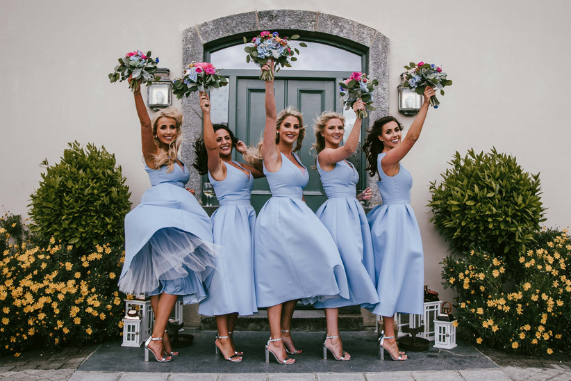 Damas de honor, con vestidos de damas de honor en azul celeste, el día de la boda