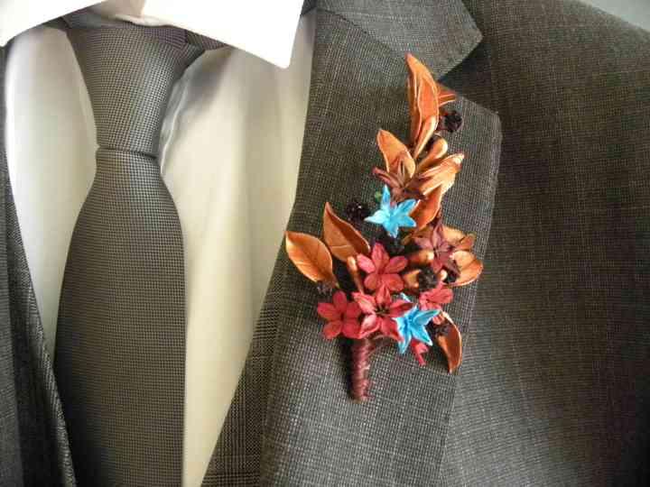 Prendido o boutonnière en la sola del traje de novio el día de la boda