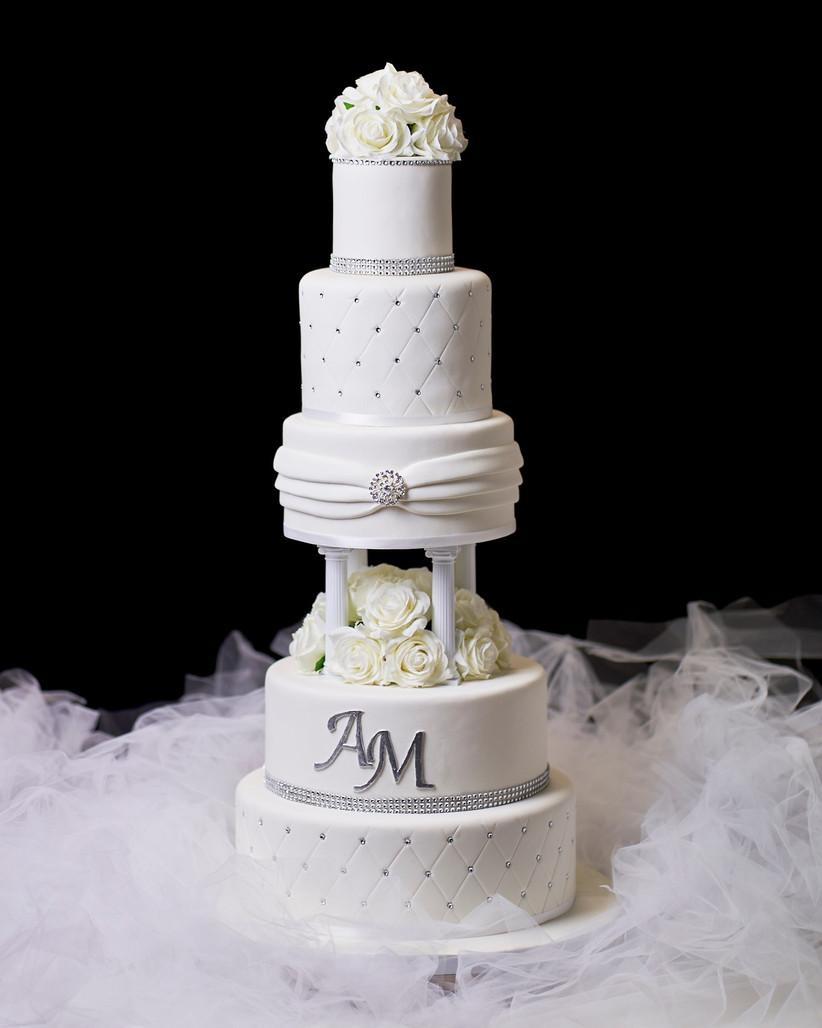 tarta de boda con varios pisos color blanco