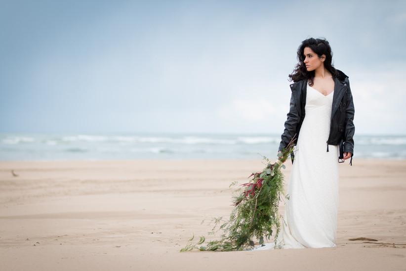 Novia con cazadora de cuero negro, de estilo rockero, en la sesión de fotos de su boda rockera